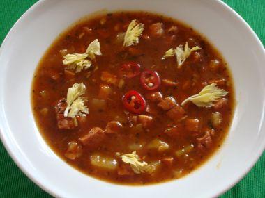 Gulášová polévka se salámem