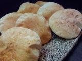 Pita chleb s cerstvou syrovatkou a zitnou moukou recept ...