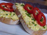 Vaječná pomazánka se sýrem a česnekem recept