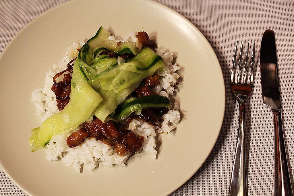 Karamelové kuře s nakládanou okurkou recept
