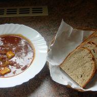 Bramborový guláš s klobásou a lečem recept