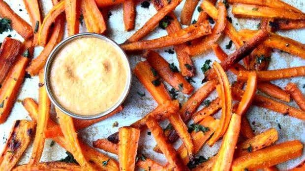 Zdravé mrkvové hranolky s pikantním curry dipem