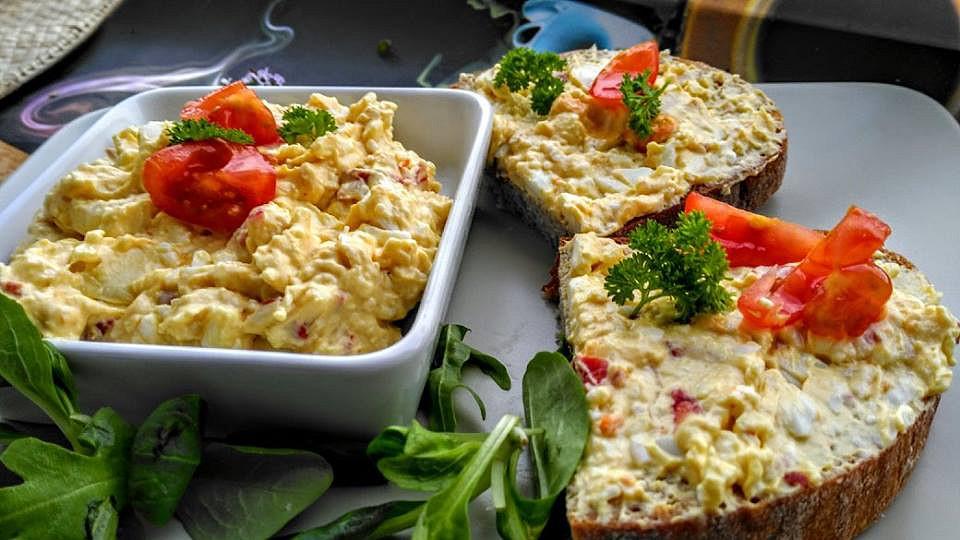 Vaječná pomazánka ze sýrem, lučinou a klobásou recept ...
