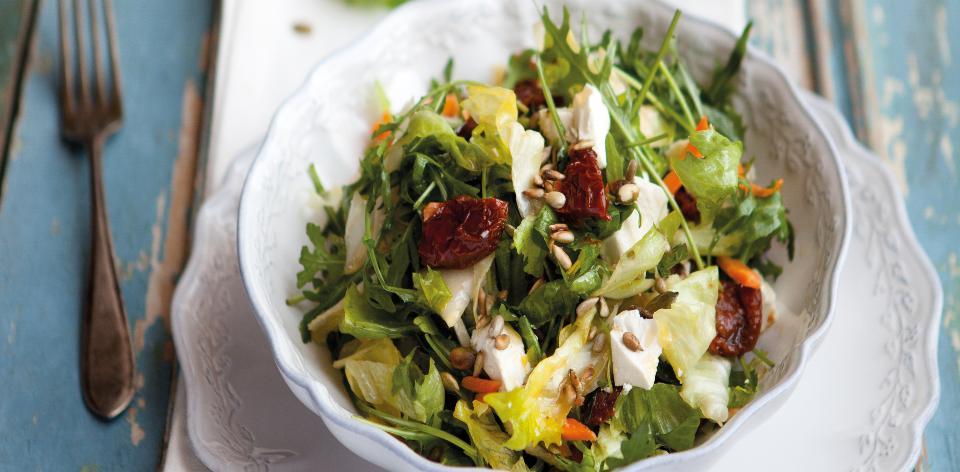 Salát se sušenými rajčaty a dýňovými semínky