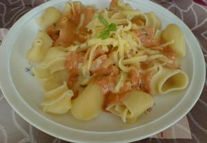 Kuřecí těstoviny v rajčatové omáčce