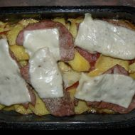 Zapečené brambory s hermelínem a vepřovým recept