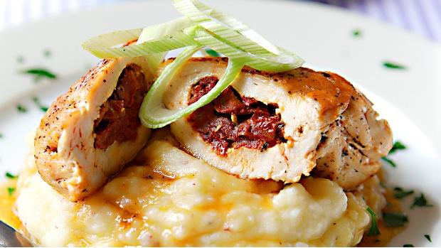 Plněná kuřecí prsa s bramborovou kaší s červeným pepřem | Prima ...