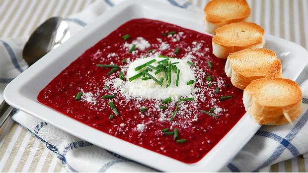 Polévka z červené řepy s balzamikovým octem