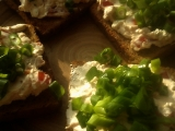 Pomazánka z cottage sýra na opekaném chlebu recept ...