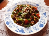 Maso tří barev s fazolkama, rajčaty a cibulkou recept