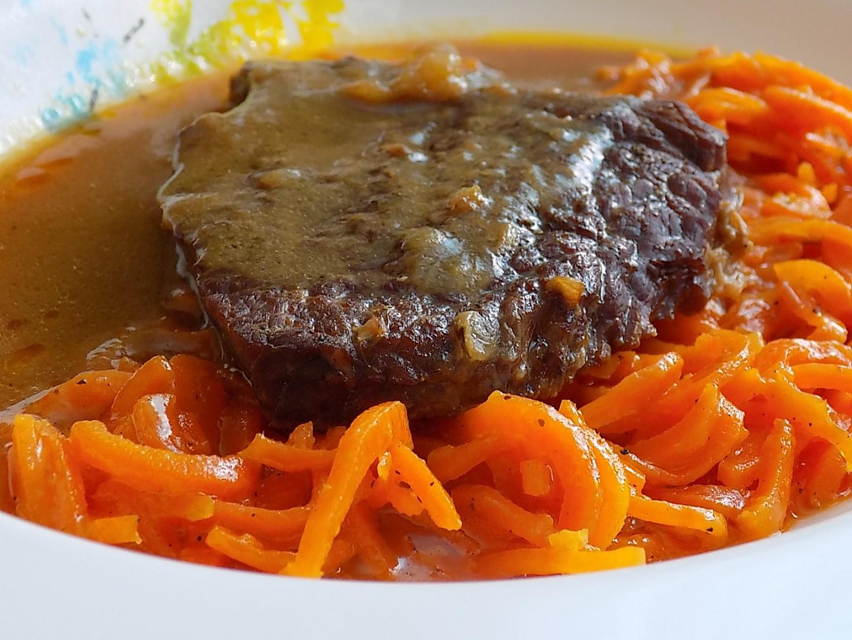 Hovězí dušené na cuketě s mrkví na másle recept