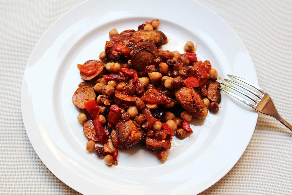 Pikantní kuřecí kousky s klobáskou a cizrnou recept