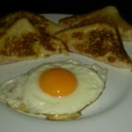Toasty na pánvi s volským okem recept