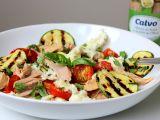 Salát s pečenými rajčaty, tuňákem a mozzarellou recept ...