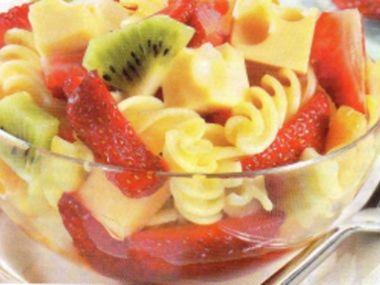 Těstovinový salát se sýrem a ovocem