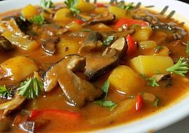 Bramborový guláš na špeku s houbami recept