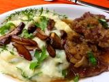 Hovězí kližka na cibuli s houbovou bramborovou kaší recept ...