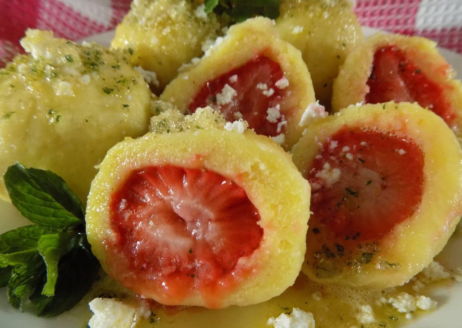 Bramborové knedlíky s jahodami a mátovým cukrem recept ...