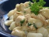 Gnocchi s máslovo parmazánovou omáčkou a kuřecím masem ...