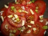 Salát z cibule, česneku a rajčat recept