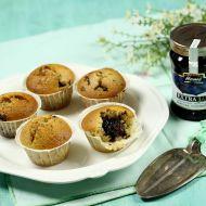 Muffiny s kousky čokolády a džemem uprostřed recept