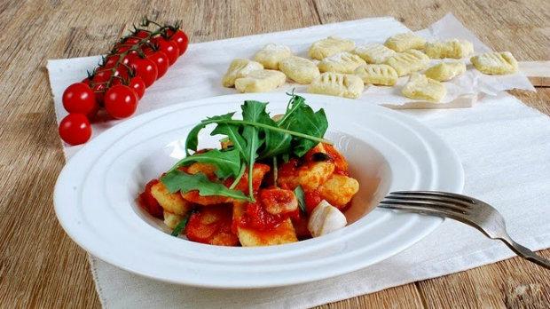 Domácí gnocchi s rajčatovou omáčkou