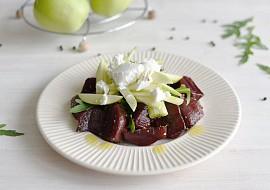 Salát z grilované červené řepy s kozím sýrem, jablky a rukolou ...