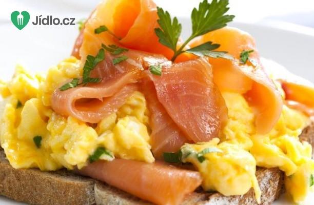 Míchaná vejce vařená v páře s uzeným lososem recept
