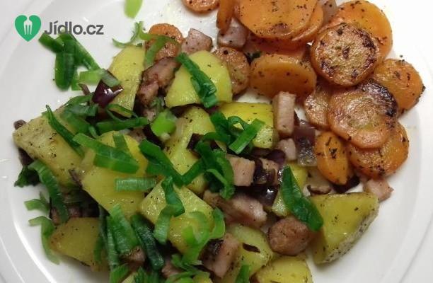 Opečené brambory  s dušenou mrkví a uzeným masem recept