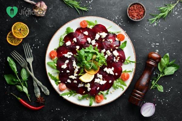 Salát z červené řepy s kozím sýrem a rukolou recept