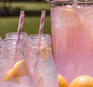 Čerstvá růžová limonáda