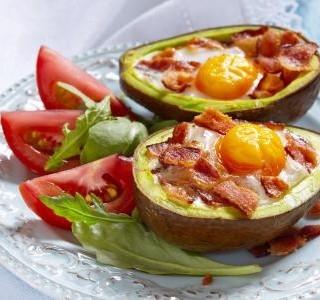Avokádové vejce se slaninou