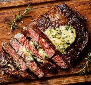 Biftek s bylinkovým máslem na grilu