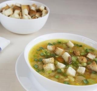 Celerová polévka s chlebovými krutony
