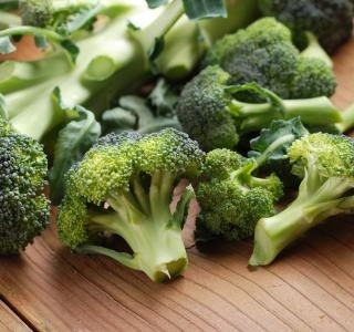 Čerstvý brokolicový salát se slaninou