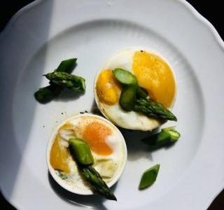 Chřest zapečený se sýrem, vejcem a mangem recept