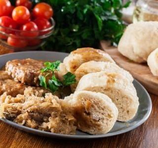Domácí houskový knedlík se sušeným droždím