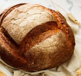 Domácí pšeničný chléb s oblíbenými semínky