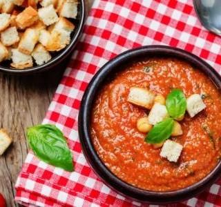 Hustá rajčatová polévka s  chlebovými krutony recept