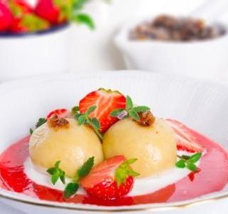 Knedlíky z tvarohového těsta s jahodovou omáčkou