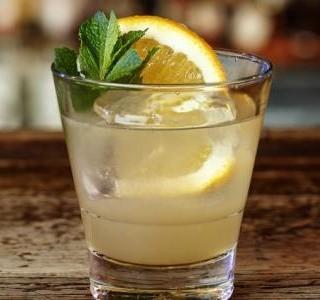 Koktejl s broskvovou vodkou