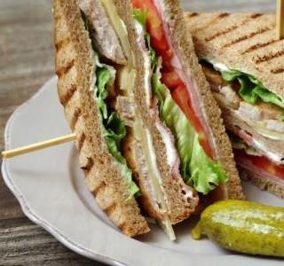 Krůtí sendvič s vepřovou šunkou a sýrem recept
