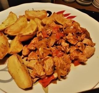 Krůtí prsa se zeleninou a pečenými bramborami