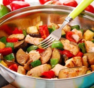 Kuřecí prsa na zelenině