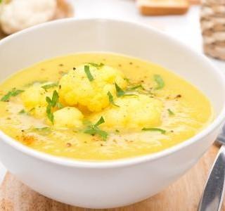 Květáková polévka s uzeným sýrem