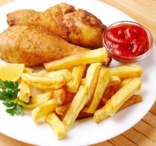 Pečený kuřecí stehýnka s hranolkami