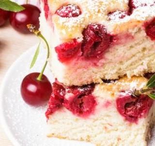 Piškotový koláč s višněmi