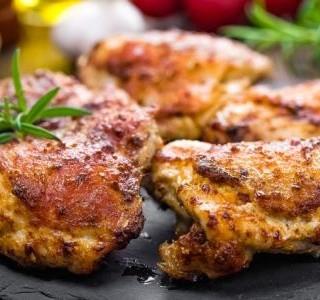 Pikantní kuřecí stehna s česnekovou rýží