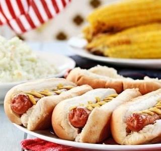 Pivní hot dog s pikantním salátem