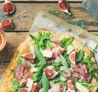 Pizza s fíky a plísňovým sýrem